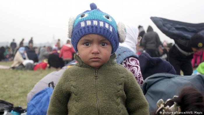 Ребенок-беженец смотрит прямо в камеру, Ригонце, Словения