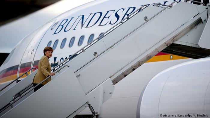 Ангела Меркель поднимается по трапу правительственного самолета (фото из архива)