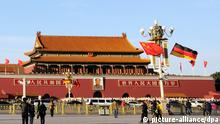 28.10.2015 ***** Tourists walk past Chinese and German national flags fluttering on a lamppost on the Tiananmen Square in Beijing, China, 28 October 2015. German Chancellor Angela Merkel will begin her eighth visit to China on Thursday (29 October 2015) less than a week after the mainland's special relationship with Britain was hailed as experiencing a golden era following President Xi Jinping's state visit to Britain. However, Germany was keen to reinforce its own excellent relations with the mainland, said Michael Clauss, the German ambassador to China. Merkel was expected to hold meetings with state leaders in Beijing before travelling with Premier Li Keqiang to Hefei, the capital city of his home province of Anhui, Clauss said. Copyright: picture-alliance/dpa