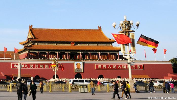 Deutschland China Flaggen am Tiananmen Platz