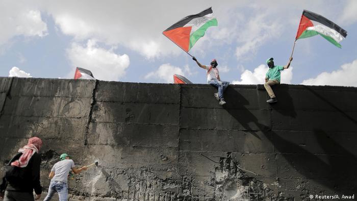 Palästinenser steigen auf die Mauer zwischen Abu Dis und Jerusalem (Foto: Reuters/A. Awad)
