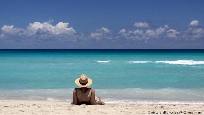 Urlauber mit Strohhut am Strand, Kuba, Varadero