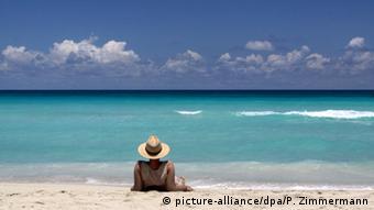 Турист в соломенной шляпе на пляже курорта Варадеро