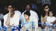 Der indische Filmschauspieler Shah Rukh Khan (l) mit Familie. (Undatierte Aufnahme)