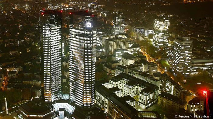 Frankfurt Deutsche Bank Zentrale Außenansicht bei Nacht