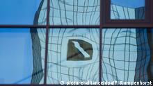 21.05.2015 **** ARCHIV - Verzerrt spiegelt sich am 21.05.2015 in Frankfurt am Main (Hessen) das Logo der Deutschen Bank in einer Glasfassade. Foto: Frank Rumpenhorst/dpa (zu dpa: Grundlegender Konzernumbau bei der Deutschen Bank vom 18.10.2015) +++(c) dpa - Bildfunk+++ Copyright: picture-alliance/dpa/F. Rumpenhorst