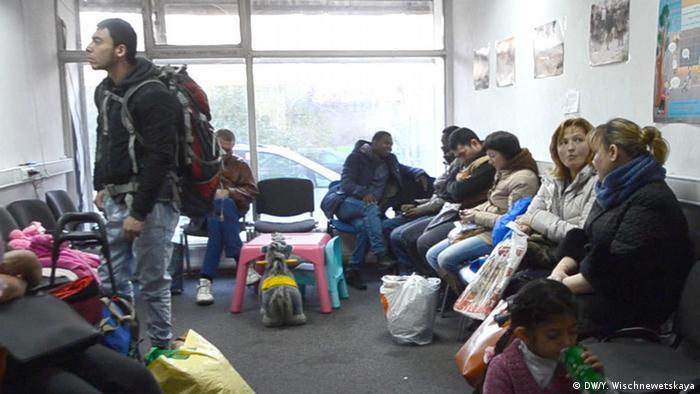 Беженцы в офисе одной из НПО в Москве