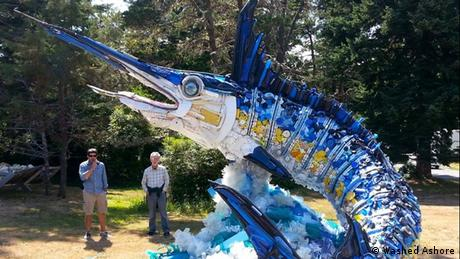 Bildergalerie Washed Ashore - a large swordfish sculpture made from plastic garbage