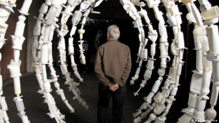 Bildergalerie Washed Ashore, a man walks through the inside of a whale skeleton made from plastic trash