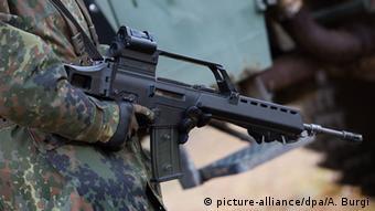 Bundeswehr Soldaten Sturmgewehr G36 Heckler und Koch (picture-alliance/dpa/A. Burgi)