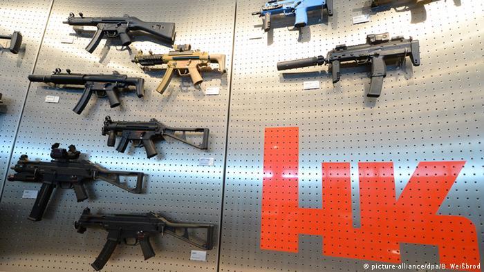 Diferentes tipos da submetralhadora MP5, arma que matou Marielle, em exposição na sede da Heckler & Koch na Alemanha