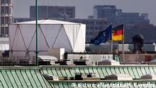 Ein zylinderförmiger Aufbau, auf dem Dach der britischen Botschaft in Berlin, aufgenommen am 05.11.2013 von der Dachterasse des Reichstags. Auf dem Dach der Vertretung Groß Britaniens sind nach Medieninformationen Abhöranlagen installiert. (zu dpa «Independent»: Geheimer Horchposten der Briten in Berlin vom 05.11.2013Foto: Michael Kappeler/dpa