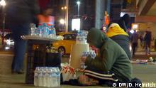 Istanbul Syrischer Jugendlicher verkauft Wasser. Schwarzarbeit Bild: DW/D. Heinrich