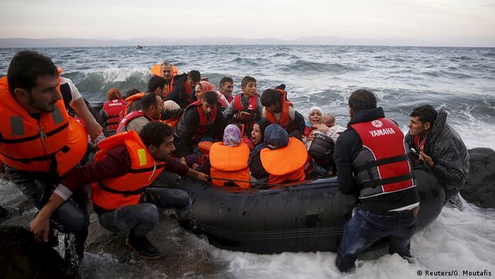 Griechenland Flüchtlinge auf dem Weg nach Lesbos Gummiboot