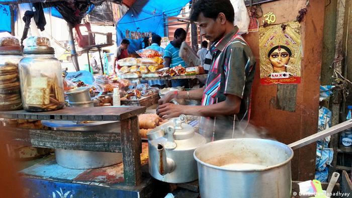 Indien Kalkutta Morgenmarkt Teeverkäufer (DW/S. Bandopadhyay)