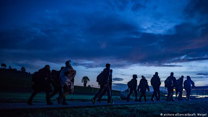 Поток беженцев на фоне вечернего неба