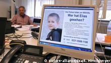 23.07.2015 **** ARCHIV - Mitarbeiter der Soko Schlaatz sitzen am 23.07.2015 in einem Besprechungsraum der Kriminalpolizei in Potsdam (Brandenburg). Auf der Suche nach dem vermissten sechsjährigen Elias wird jetzt auch ein Verbrechen nicht mehr ausgeschlossen. Foto: Ralf Hirschberger/dpa (zu dpa-KORR vom 04.08.2015) +++(c) dpa - Bildfunk+++ Copyright: picture-alliance/dpa/R. Hirschberger