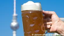 ARCHIV 2014 **** ARCHIV - ILLUSTRATION - Braumeister Claus hält am 22.07.2014 in Berlin während eines Fototermins zum bevorstehenden 18. Internationalen Bierfestival ein Bier in Höhe des Fernsehturmes. Foto: Soeren Stache/dpa (zu dpa «Deutsche trinken wieder etwas mehr Bier - Export zieht an» vom 30.10.2015) +++(c) dpa - Bildfunk+++ Copyright: picture-alliance/dpa/S. Stache