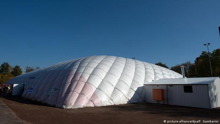 Deutschland Flüchtlinge Sportplatz in Düsseldorf
