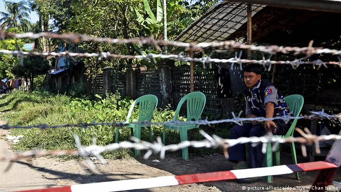Myanmar Polizist in Sittwe Stacheldraht