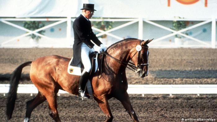 Dressurreiter Dr. Reiner Klimke auf seinem Pferd Ahlerich