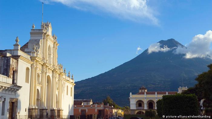 Guatemala Stadt Vulkan Agua (picture-alliance/robertharding)