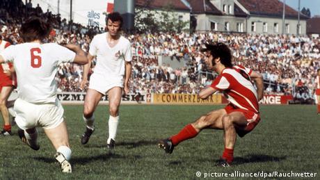 1971 - 1. Fußball-Bundesliga Bayern München - 1. FC Köln (picture-alliance/dpa/Rauchwetter)
