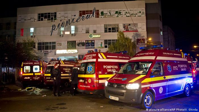Ambulances are parked outside the site of a fire that occurred in a club, housed by the building in the background, in Bucharest, early Saturday, Oct. 31, 2015 (Photo:picture-alliance/AP Photo/Vadim Ghirda)