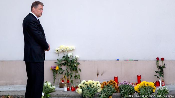 Preşedintele României, Klaus Iohannis, în faţa Colectivului, comemorând victimele incendiului
