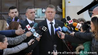 Romanian President Klaus Iohannis (C) pays his respect for the victims of the club blaze after visiting the site of the fire, in Bucharest, Romania, early 31 October 2015 (Photo: EPA/ROBERT GHEMENT +++(c) dpa - Bildfunk+++)