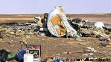 31.10.2015 *** dpatopbilder epa05005037 Debris from crashed Russian jet lies strewn across the sand at the site of the crash, Sinai, Egypt, 31 October 2015. According to reports the Egyptian Government has dispatched more than 45 ambulances to the crash site of the Kogalymavia Metrojet Russian passenger jet, which disappeared from raider after requesting an emergency landing early 31 October, crashing in the mountainous al-Hasanah area of central Sinai. The black box has been recovered at the site. EPA/STR EGYPT OUT +++(c) dpa - Bildfunk+++