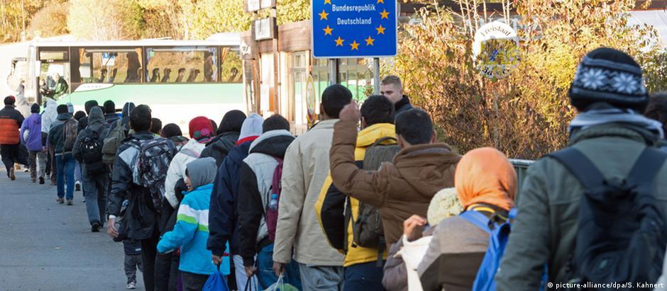 Refugiados fazem fila para entrar na Alemanha: cotidiano do posto de fronteira de Wegscheid