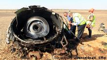 epa05005996 Egyptian investigators check debris from crashed Russian jet at the site of the crash in Sinai, Egypt, 01 November 2015. Russian officials and experts flew to Egypt's Sinai on 01 November, a day after a Russian passenger airliner crashed in the largely desert peninsula killing all 224 people on board. EPA/KHALED ELFIQI +++(c) dpa - Bildfunk+++