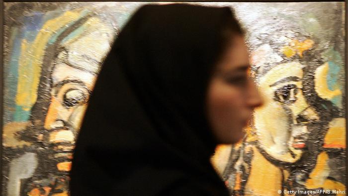 Iran woman passes by Georges Rouault painting Trio-Cirque, Copyright: Getty Images/AFP/B.Mehri
