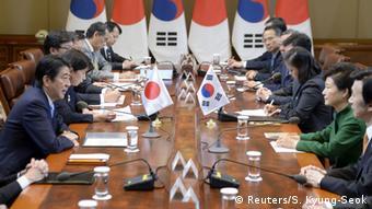 Südkorea Treffen Shinzo Abe (l.) und Park Geun-hye Bilateraler Gipfel