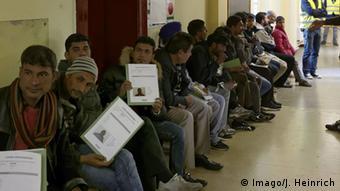 Беженцы в очереди на подачу ходатайств об убежище