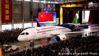 China Passagierflugzeug C919 (picture-alliance/AP Photo)