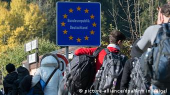 Беженцы пересекают границу Германии