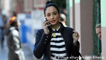 Kuba Frau telefoniert mit Handy in Havanna (picture-alliance/dpa/A. Ernesto)