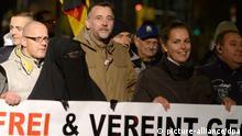 Eine Frau in Burka (vorn, l-r), Pegida-Mitbegründer Lutz Bachmann und die frühere Hamburger AfD-Politikerin Tatjana Festerling gehen mit Anhängern des Bündnisses Pegida (Patriotische Europäer gegen die Islamisierung des Abendlandes) am Abend am 02.11.2015 durch die Innenstadt in Dresden. Foto: Arno Burgi/dpa +++(c) dpa - Bildfunk+++ // eingestellt von se