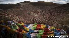 30.10.2015+++ Tibetan prayer flags flutter above the Larung valley and its Larung Wuming Buddhist Institute, located some 3700 to 4000 metres above the sea level in remote Sertar county, Garze Tibetan Autonomous Prefecture, Sichuan province, China October 30, 2015. The Institute was founded in 1980 by Khenpo Jigme Phuntsok, an influential lama of Nyingma sect of Tibetan buddhism with only around 30 students but is now widely known as one of the biggest centres to study Tibetan Buddhism in the world. Today, tens of thousands monks and nuns live in small houses and log cabins surrounding the Larung Wuming Buddhist Institute. Picture taken October 30, 2015. REUTERS/Damir Sagol +++ Copyright: Reuters/D. Sagol