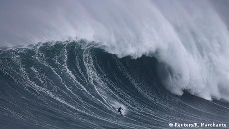 BdW Global Ideas Bild der Woche KW 45/2015 Portugal Surfer Welle (Reuters/R. Marchante)