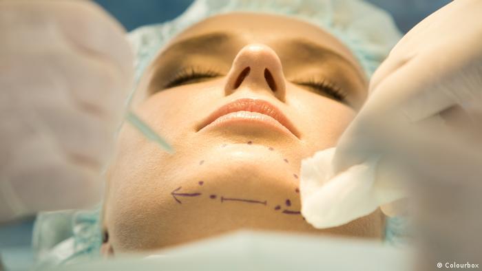 Symbolbild Vorbereitung Facelift Gesichtsoperation
