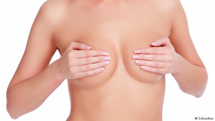 Symbolbild Brust Brust OP Operation Brustkrebs nackte Brust Frau