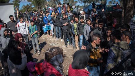 Στο παρελθόν οι μετανάστες έμεναν λιγότερο - αυτή η φωτογραφία είναι από τον Οκτώβριο του 2015 - ενώ σήμερα η διάρκεια της παραμονής τους επεκτάθηκε σημαντικά με τη συμφωνία ΕΕ-Τουρκίας τον Μάρτιο του 2016. Έκτοτε, οι αιτούντες άσυλο περιμένουν εδώ να διανεμηθούν σε άλλες χώρες της ΕΕ ή να απελαθούν.