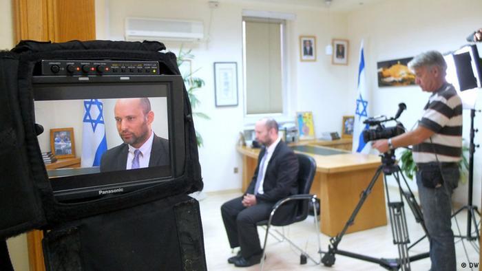 Ο Ναφτάλι Μπένετ σε τηλεοπτική συνέντευξη στη DW