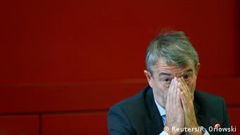 Wolfgang Niersbach hält sich die Hände vors Gesicht (Foto: REUTERS/Ralph Orlowski)