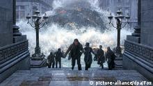 Einwohner von New York City versuchen sich im neuen Kinofilm The Day After Tomorrow vor einer gigantischen Flutwelle in Sicherheit zu bringen (Szenenfoto). Längst hat der US-Klimaforscher Jack Hall vor den Konsequenzen aus dem Wandel des Erdklimas gewarnt. Doch nun laufen schon viel eher als befürchtet die Elemente überall auf der Welt aus dem Ruder: Fluten, Tornados, Hagel und eisige Temperaturen sorgen für ein unvorstellbares Maß der Zerstörung und heilloses Chaos für die Bevölkerung. Hall will den US-Präsidenten davon überzeugen, das ganze Land zu evakuieren, denn Millionen von Menschenleben sind bedroht. Ein Wettlauf gegen die Zeit beginnt... Starttermin des mit aufwändigen Spezialeffekten gespickten Katastrophenfilms von Starregisseur Roland Emmerich: 27.5.2004. picture-alliance/dpa/Fox