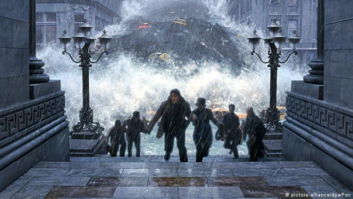 The Day After Tomorrow Filmszene Menschen fliehen vor Flutwelle (picture-alliance/dpa/Fox)