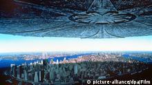 Ein gigantisches Ufo bedroht New York - Filmszene aus Independence Day, dem Sommerhit in den amerikanischen Kinos. Am 2.Juli tauchen über vielen Großstädten weltweit riesige Raumschiffe auf. Die Aliens an Bord wollen die Weltbevölkerung vernichten - Deadline: der 4.Juli. Bevor das Weiße Haus eliminiert wird, flieht der Präsident auf einen geheimen Armeestützpunkt. Von dort aus kämpft er mit einem Airforce-Piloten und einem Computerspezialisten um die Rettung der Menschheit. Da alle Waffen von den Ufos abprallen, setzen sie ihre Hoffnung auf einen Computervirus. Doch der muß ins Mutterschiff eingeschleust werden... Mit dem Science-Fiction-Thriller (Kinostart: 19.9.) ist der deutsche Regisseur Roland Emmerich (Stargate) in die erste Hollywood-Liga aufgestiegen. Sein Einspielergebnis übertrumpfte sogar Spielbergs Jurrasic Park.+++(c) dpa - Bildfunk+++ picture-alliance/dpa/Film